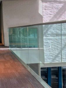 balustrada sticla laminată fixare liniarăliniară